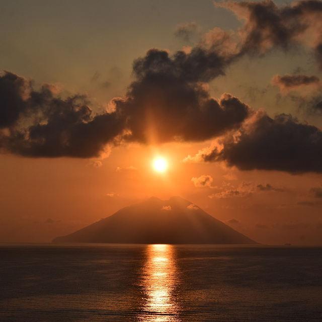 Coucher de soleil sur le volcan Stromboli - îles éoliennes